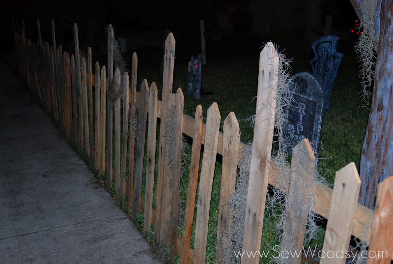 Pallet fence for halloween decorations